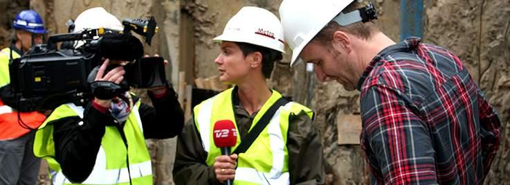 Billede af journalist fra TV2, der interviewer en HOFORmedarbejder